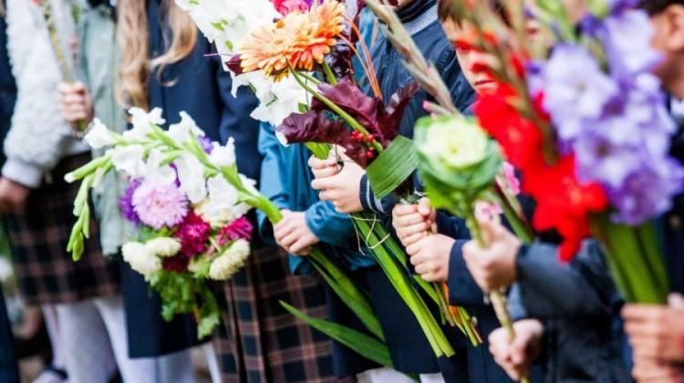 Rugsėjo-1-oji-Mokslo-ir-žinių-diena-vaikai-gėlės